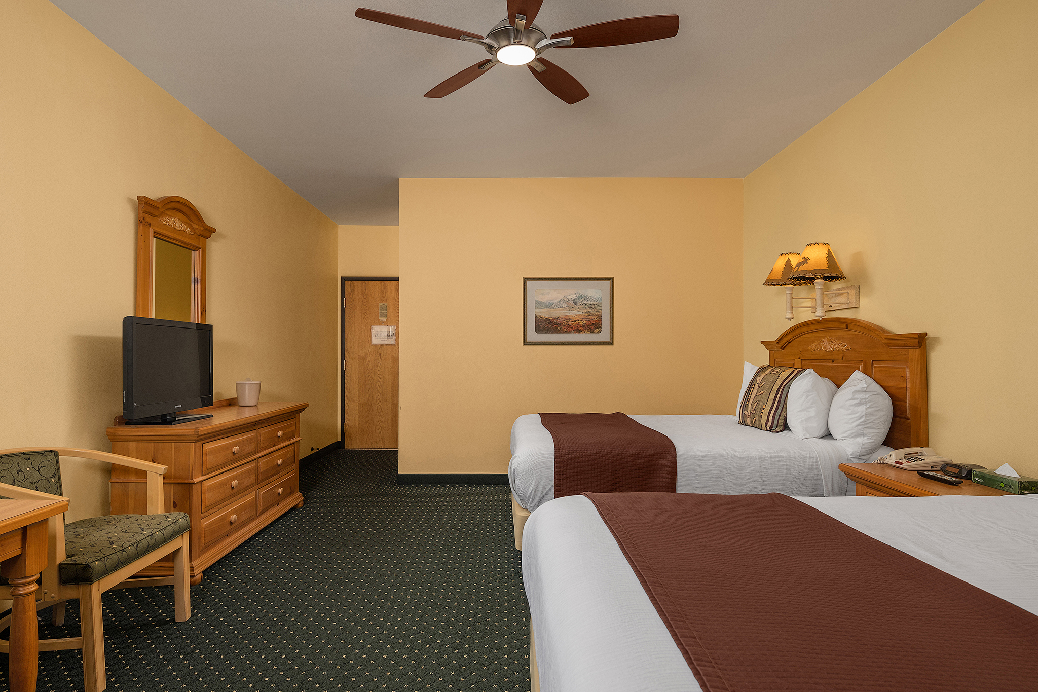Moose Lodge Interior - 2 Queen Size Beds Exit
