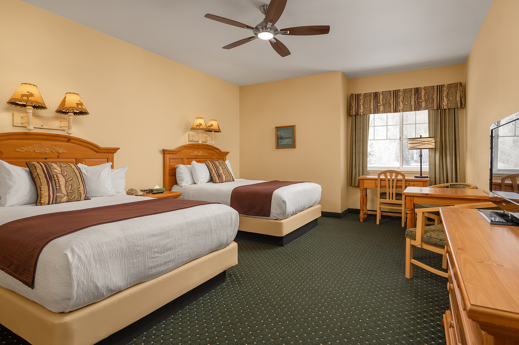Moose Lodge Interior - 2 Queen Size Beds